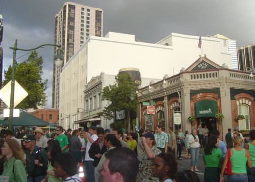 A crowd of people in front of Murphy's Bar & Grill