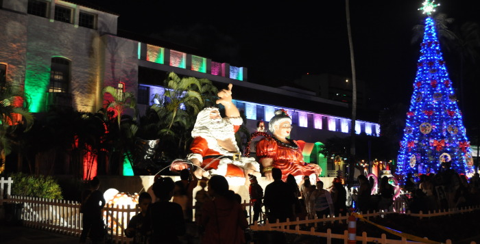Mr. & Mrs. Claus on display in Honolulu