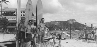 duke kahanamoku posing with surfers