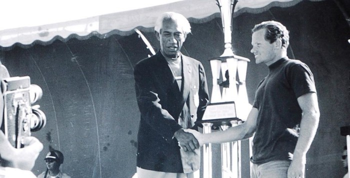 duke kahanamoku shaking hands with a man