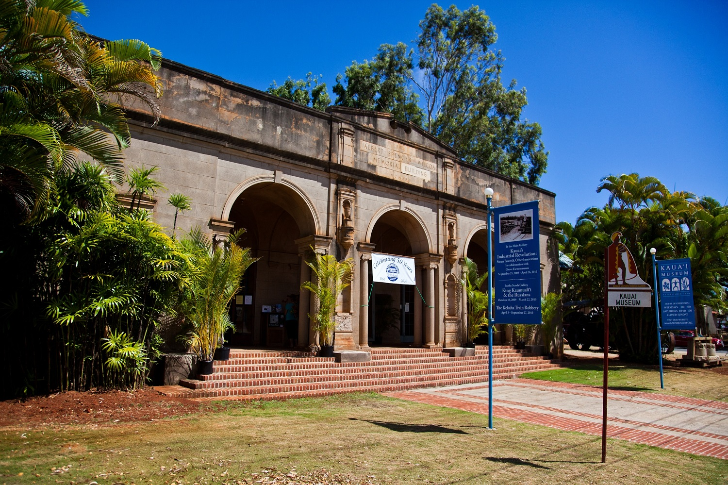 the entrance to the Kauai Museum