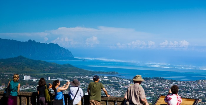 a crowd looking over the nuuanu pali lookout