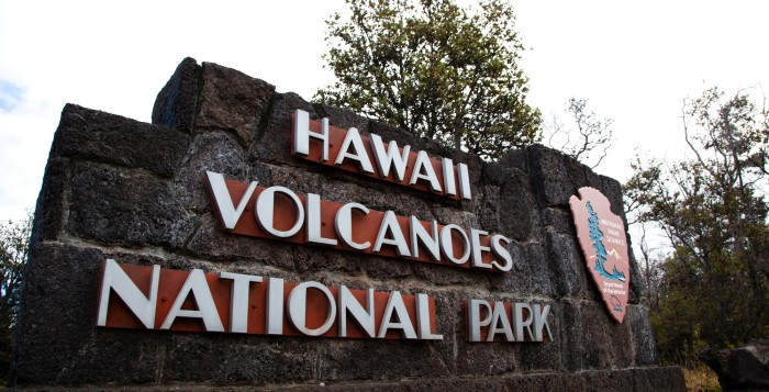 the sign for hawaii volcanoes national park