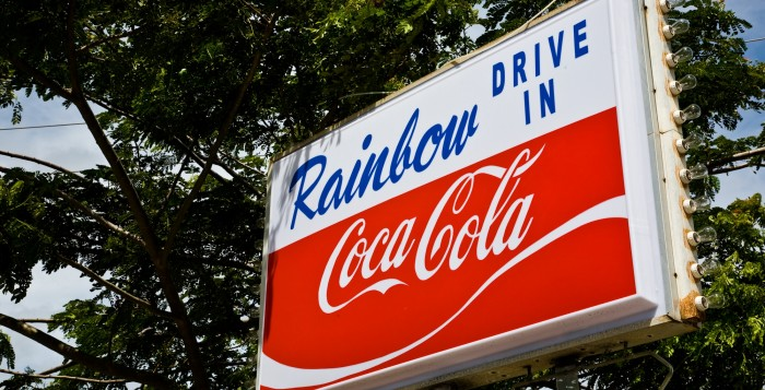 the sign for rainbow drive in