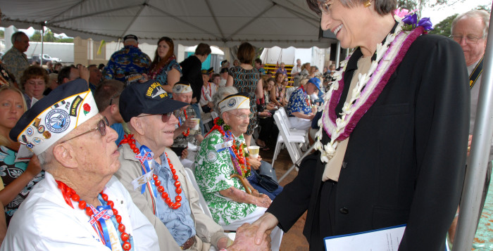 linda lingle shaking hands with veterans