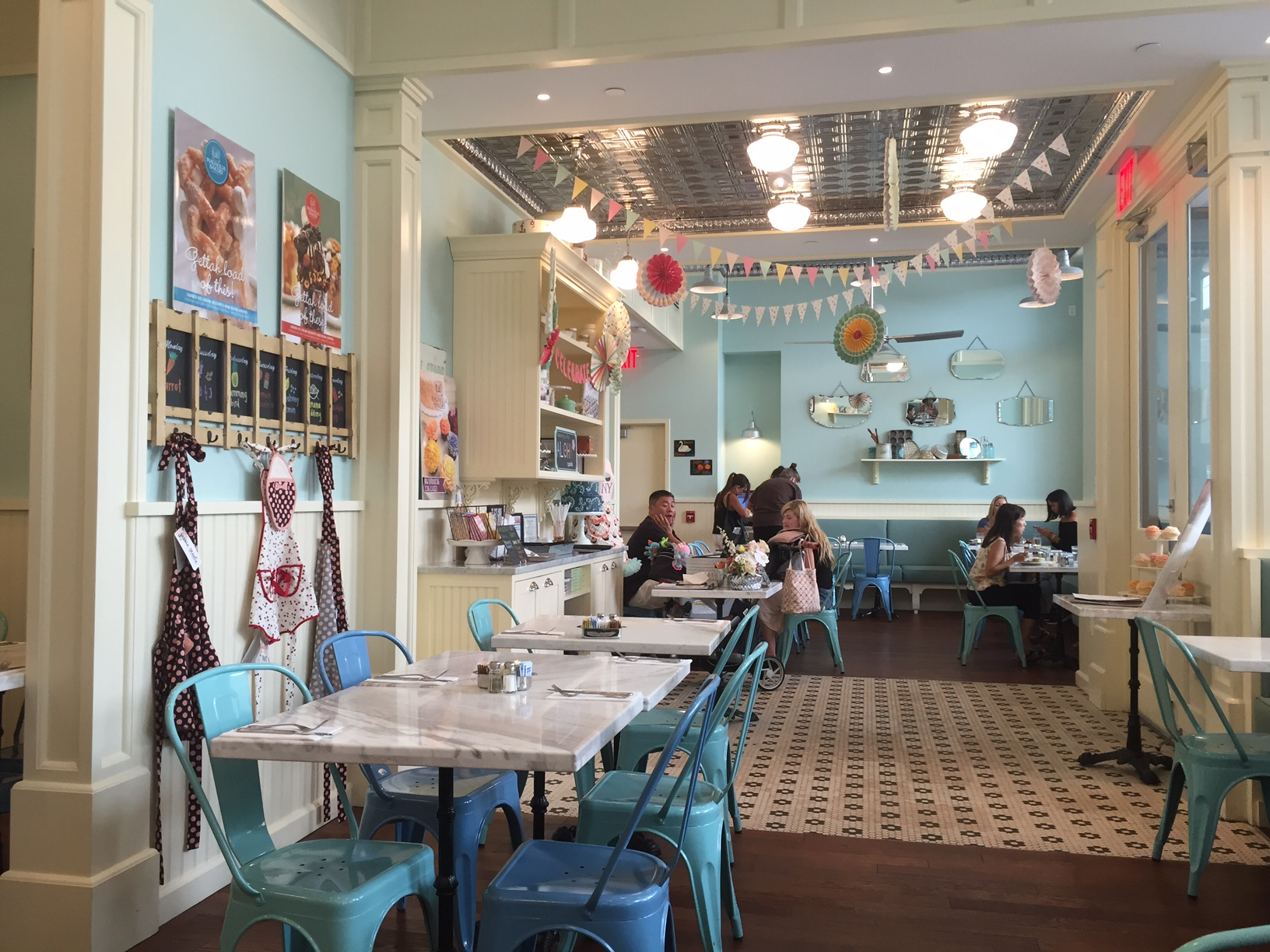the inside of the magnolia bakery cafe in honolulu. Delicate and Delicious   The Magnolia Bakery Cafe in Hawaii